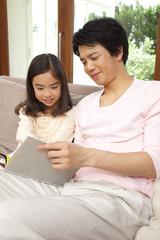 娘と本を読む父親