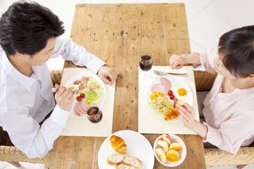 食事をとるカップル