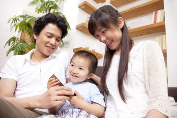 家族で団欒を楽しむ親子