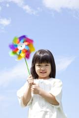 風車を持って微笑む女の子