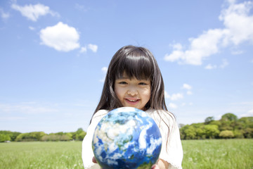 地球儀を持って微笑む女の子