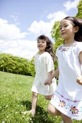 草原を走る女の子2人