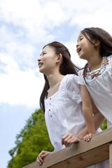 遠くを眺める女の子と若い女性