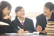 図書室で勉強する中学生男女