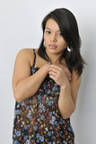 Junge asiatische Frau mit langen dunklen Haaren