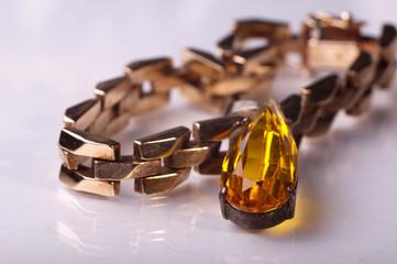 Anhänger und Goldarmband