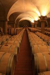 Weinkeller Barrique Rotwein Holzfässer Piemont, Italien