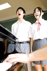 合唱する中学生男女