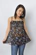 Junge asiatische Frau in nachdenklicher Pose