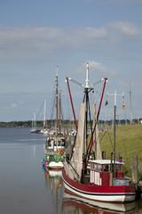 Krabbenkutter im Hafen von Greetsiel, Niedersachsen, Deutschland