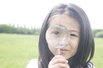虫眼鏡を使う女の子