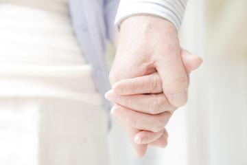 手を握る老夫婦の手元