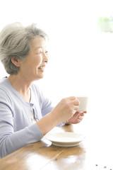 コーヒーを飲むシニア女性