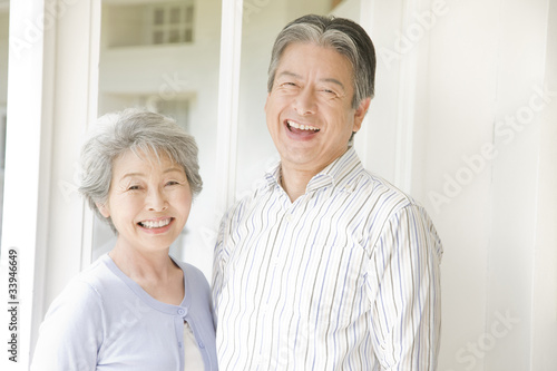 笑っている老夫婦 © paylessimages