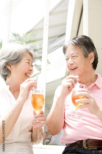 アイスティーを飲む老夫婦