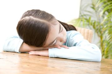 机で眠る女の子