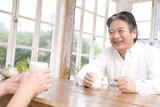 お茶を飲む老夫婦