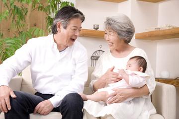 孫娘をあやす祖父と祖母