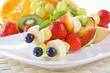 Feine bunte Obstspieße
