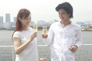 テラスで乾杯するカップル