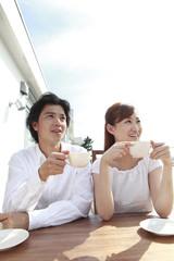 テラスで紅茶を飲むカップル