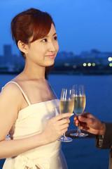 シャンパンで乾杯をするカップル