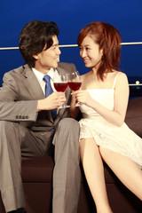 テラスで乾杯をしているカップル