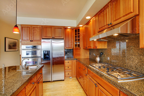 Beautiful kitchen with island, granite and hardwood floor
