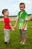 Kinder beim spielen auf der Wiese 924