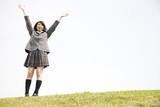 公園で手を上げる女子高生