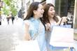 街中で買い物をしている2人の女性