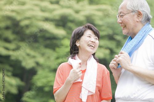 公園で運動をしている老夫婦