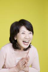 手を叩いて笑っている女性