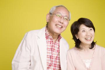 寄添いながら笑っている老夫婦