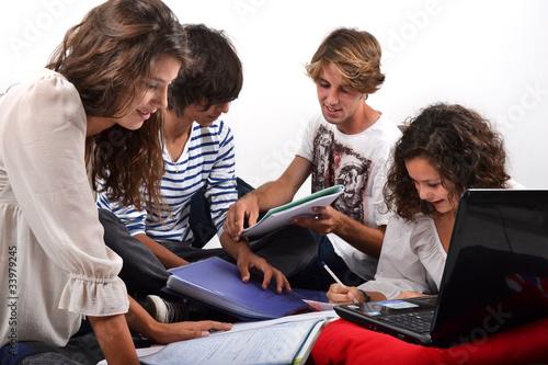 Groupe d'étudiants révisant ensemble 02