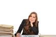 Geschäftsfrau am Schreibtisch träumt