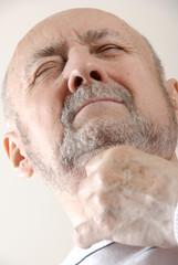 Homme mal de gorge