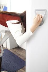 冷蔵庫の中を覗く女性