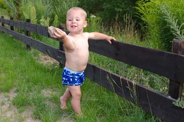 kleiner Junge spielt mit Steinen
