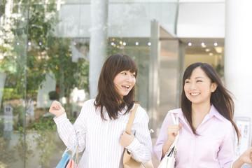 ショッピングをする女性2人