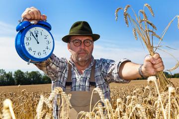 Landwirt mit Uhr 5 vor 12