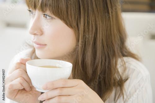 お茶を飲む女性 © paylessimages