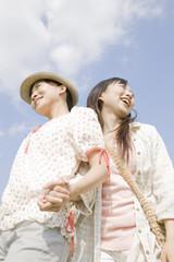 手を繋いで散歩する2人の女性