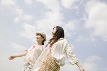 散歩する2人の女性
