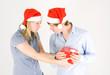junges Paar mit Geschenk