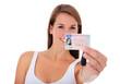 Attraktive junge Frau zeigt stolz Führerschein und Autoschlüssel