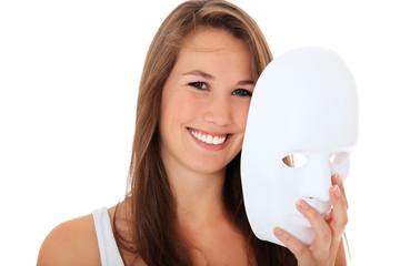 Attraktive junge Frau nimmt weiße Maske ab