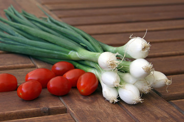 lauchzwiebeln und tomaten