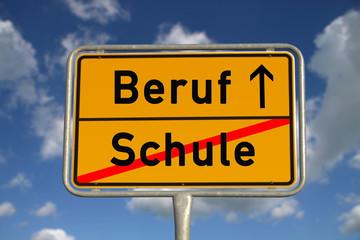 Deutsches Ortsschild Schule Beruf