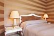 interno di camera d'albergo. letto matrimoniale